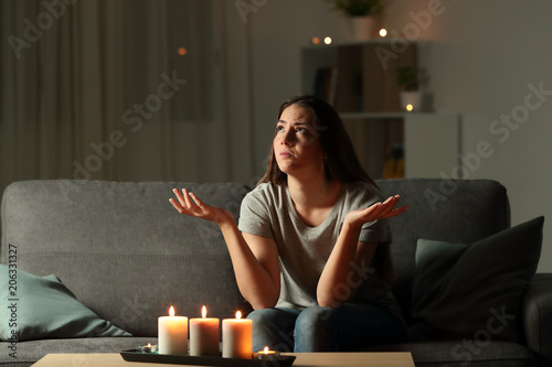 Fotografía  Woman complaining during a blackout at home