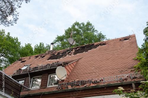 Pinturas sobre lienzo  haus mit dachschaden abgedeckten dachziegeln sturm brand feuer unwetter