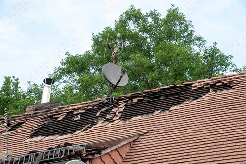 Fotografía  haus mit dachschaden abgedeckten dachziegeln sturm brand feuer unwetter