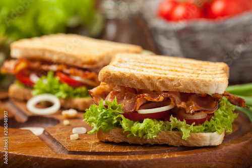 Poster de jardin Snack Toasted sandwich with bacon, tomato, cucumber and lettuce.