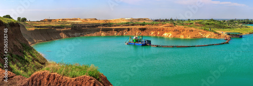 Photo Beautiful lake in the sand quarry with the dredge