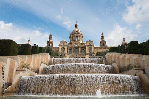 Plakat Barcelona Placa De Espanya, Muzeum Narodowe z magiczną fontanną w godzinach popołudniowych w Barcelonie. Hiszpania. Sławny punkt zwrotny w Hiszpania.