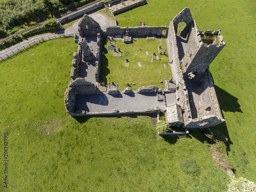 Photo  Beautiful aerial birds eye view scenic old ruins of Clare Abbey in County Clare, Ireland