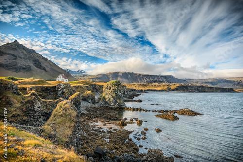 Foto auf Leinwand Insel Allein stehendes Haus im Fischerdorf Arnarstapi in Island. Panoramablick