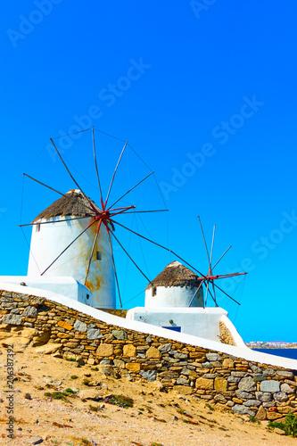 wiatraki-w-grecji-krajobraz-grecki-biale-wiatraki