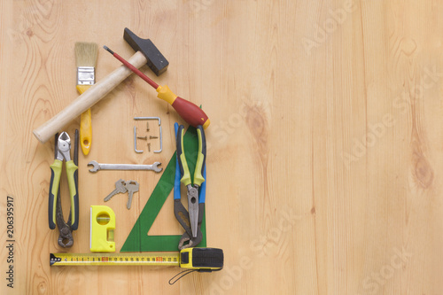 conjunto de herramientas sobre un panel de madera con espacio para texto Wallpaper Mural