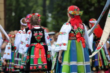 Dziewczyny Ubrane W Odświętne Ludowe Stroje łowickie Idą A Tradycyjnej Procesji Podczas święta Bożego Ciała, Widok Z Tyłu, Kolorowe Stroje, Słonecznie