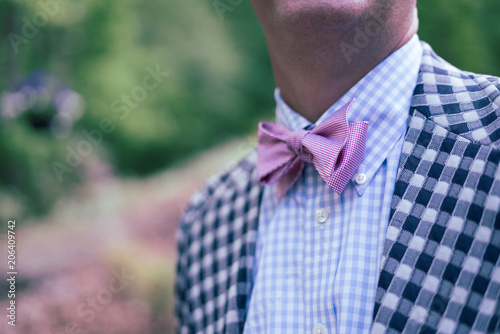 Photo Man in pink bowtie and checked sport coat