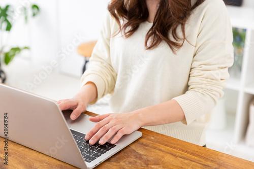 ラップトップコンピュータを使う女性 手元 Canvas Print