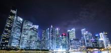 シンガポールのビル夜...