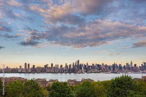 Foto op Plexiglas New York City New York City midtown Manhattan sunset skyline panorama view from Boulevard East Old Glory Park over Hudson River.