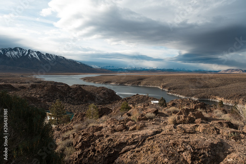 In de dag Cappuccino Overlooking Crowley Lake on a cold winter day in the Owen's Valley