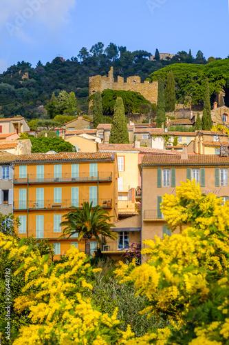Papiers peints Orange Vue sur le village et le château de Bormes les Mimosas. Photo verticale. Provence, France. Photo verticale.