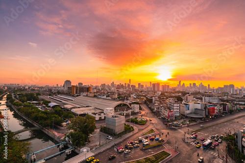 Photo  Aerial view of Bangkok cityscape with bangkok railway station at sunset