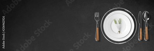 Besteck mit Teller auf Schiefertafel - Banner / Hintergrund - Textfreiraum