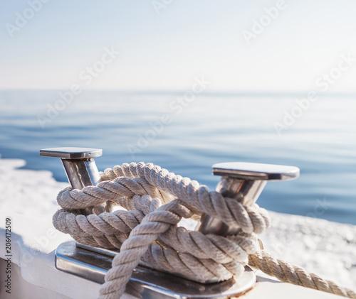 Liny statku na jachcie na Morzu Liguryjskim we Włoszech. Ścieśniać