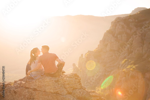 Photo  Young couple at mountains on the sunset