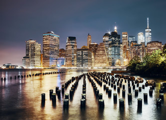 Panel Szklany Nowy York Manhattan skyline seen from Brooklyn at night, color toned picture, New York City, USA.