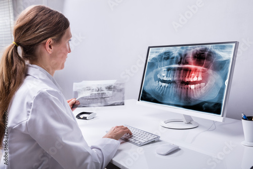 fototapeta na lodówkę Dentist Looking At Teeth X-ray On Computer