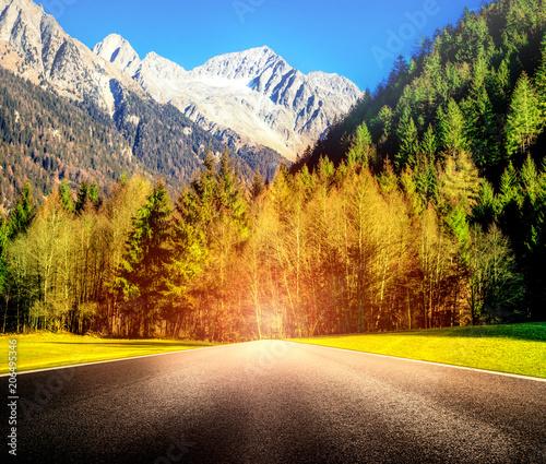 Poster Reflexion strada di montagna con bagliore accecante