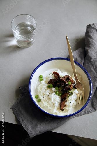 Foto op Plexiglas Eten Comfort food bowl with jasmin rice, shiitake mushrooms and green peas