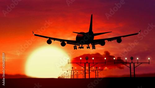 Samolot sylwetka lądowania na zachód słońca