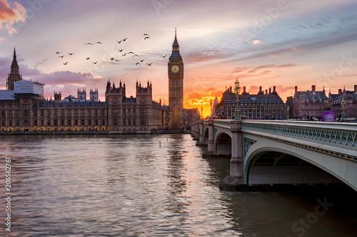 Fotografía  Westminster an der Themse in London, Großbritannien, bei Sonnenuntergang