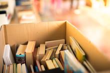 Bücherstapel Auf Flohmarkt, Lestestoff Für Den Sommer, Bücherkiste