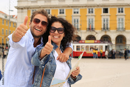 Foto  Young couple of tourists on holiday in Europe in Lisbon