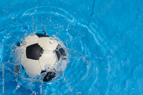 Fototapety, obrazy: Fussball im Wasser
