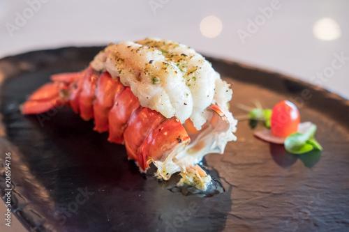 Grillowany homar i warzywa na talerzu.