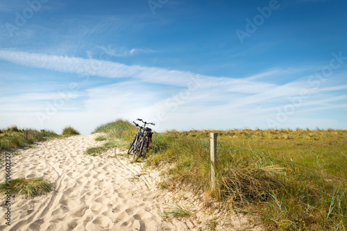 Leinwand Poster Fahrräder am Strandaufgang, Urlaub an der Ostsee