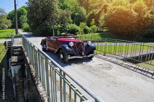 Fotografia  voiture ancêtre traction cabriolet 1939 en rallye campagne