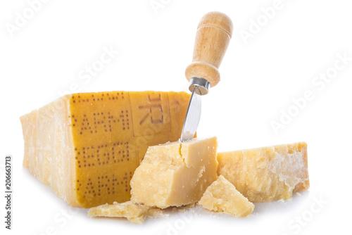 Queso parmesano o parmigiano reggiano para la comida aislado sobre un fondo blanco