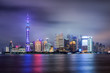 Shanghai bei Nacht: die beleuchtete Skyline mit den ikonischen Wolkenkratzern