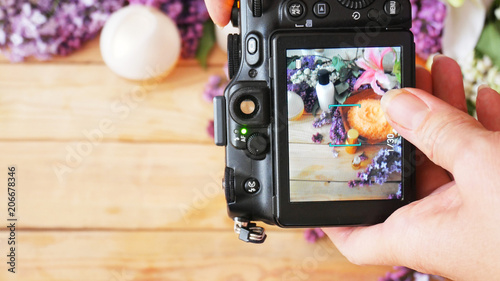 Fotografía  takes a photo with still life with lilac flowers and cream cosmetic by photo cam
