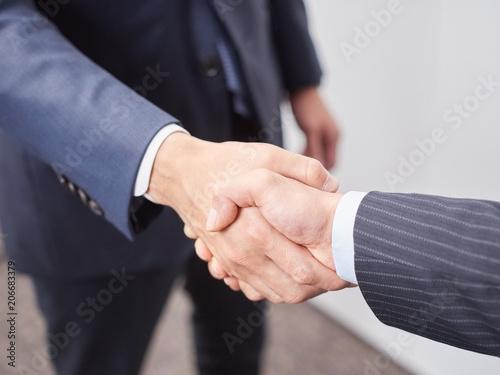 Photo 握手をする男性ビジネスマン