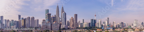 Photo  Kuala Lumpur skyline, view of the city, skyscrapers with a beautiful sky in the