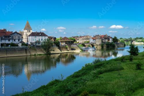 Photo F, Burgund, Verdun-sur-le-Doubs, Stadtansicht mit Fluss Doubs und Saône unter st