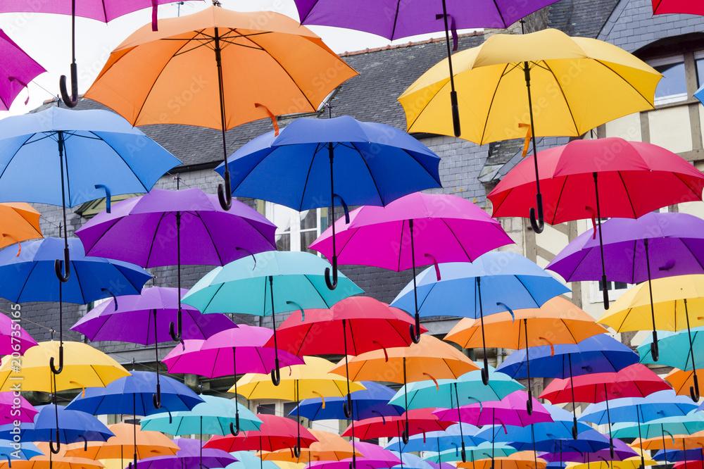 Fototapety, obrazy: Des parapluies multicolores suspendus dans la partie centrale de la ville européenne