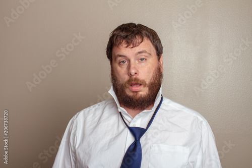 Photo  drunk man trying to talk