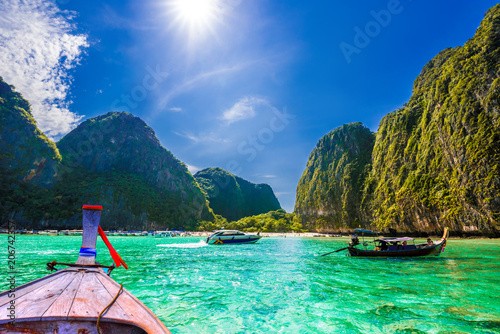 In de dag Asia land Clean water of Maya bay, traditional long tail boat in Ko Phi Phi Lee island - Thailand