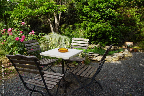 Table et chaise sur terrasse ombragée et bassin d\'agrément ...