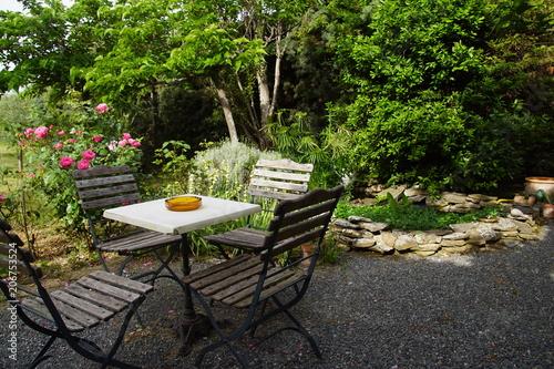 Table et chaise sur terrasse ombragée et bassin d\'agrément - Buy ...