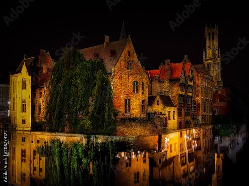 In de dag Brugge Brügge bei Nacht, die Hauptstadt von Westflandern im Nordwesten Belgiens