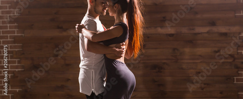 Photo Young couple dancing social danse kizomba or bachata or semba or taraxia in danc