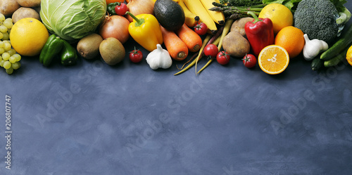Poster Cuisine 野菜と果物の集合 Image of different fruits and vegetables on dark background