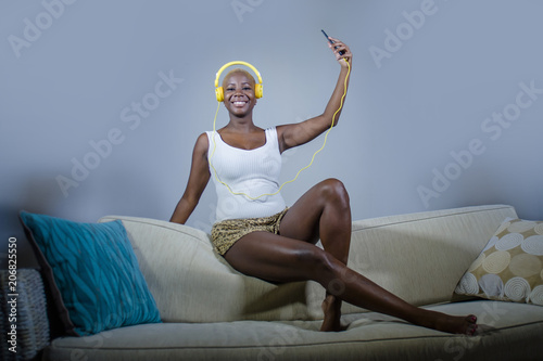Fotografia  young happy and beautiful relaxed black afro American woman listening to music w