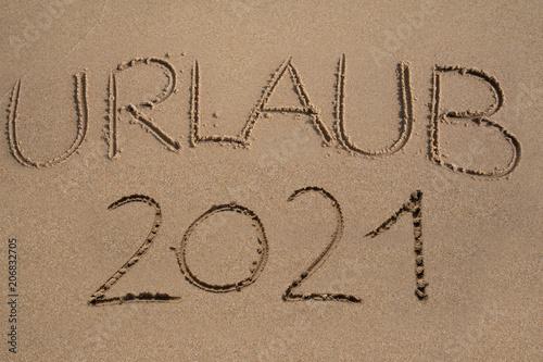 Poster  Das Wort Urlaub 2021 in den Sand geschrieben