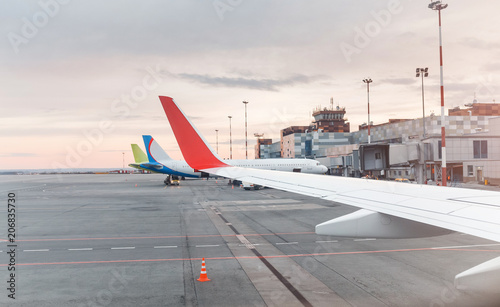 Photo Airplane wing at the background of terminal in airport